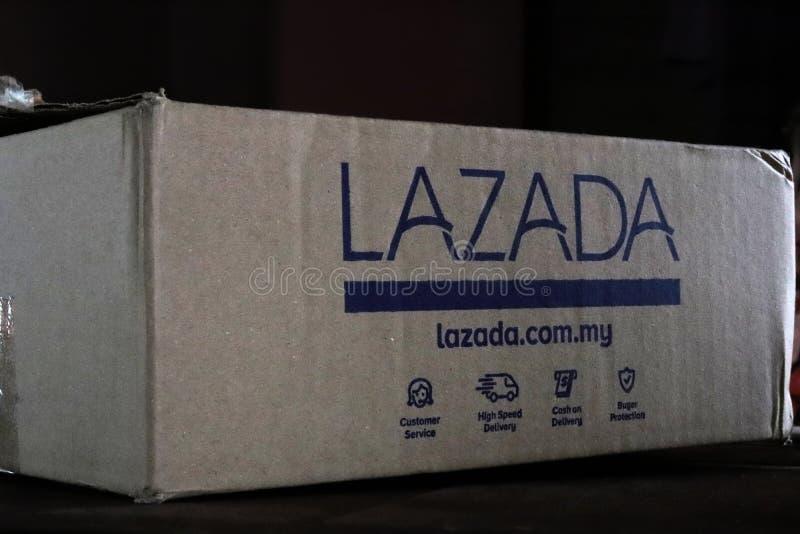 Scritture su una scatola di cartone di trasporto di Lazada fotografia stock