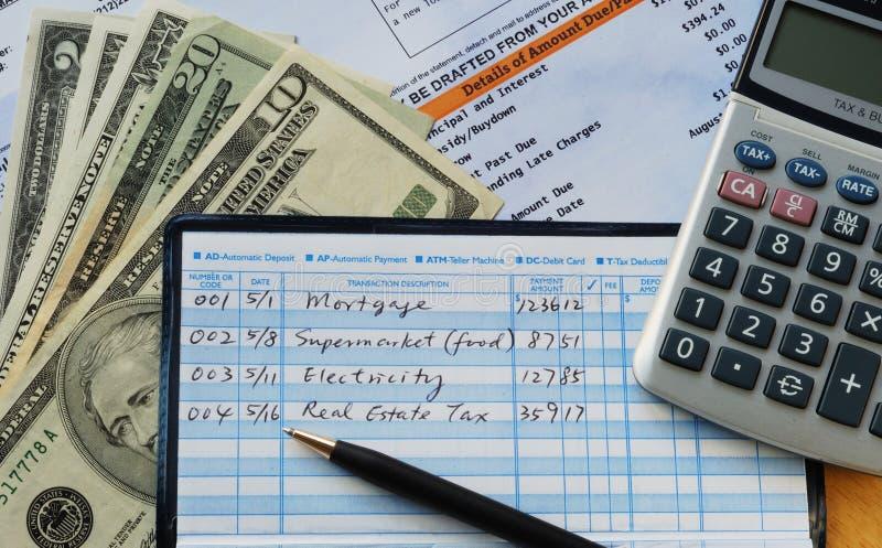 Scriva alcuni assegni per effettuare i pagamenti immagine stock