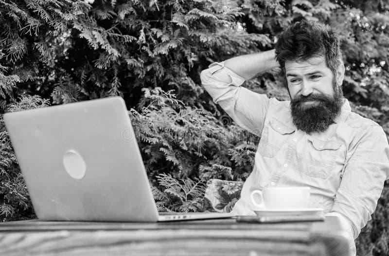 Scriva l'articolo per la rivista online Uomo che cerca ispirazione Trovi l'argomento per scrivere Praticare il surfing barbuto de fotografia stock