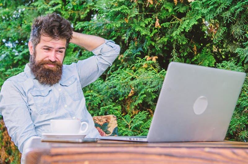 Scriva l'articolo per la rivista online Uomo che cerca ispirazione Trovi l'argomento per scrivere Praticare il surfing barbuto de immagine stock libera da diritti