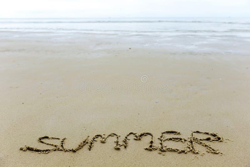Scriva l'estate di parola sulla spiaggia di sabbia fotografia stock libera da diritti