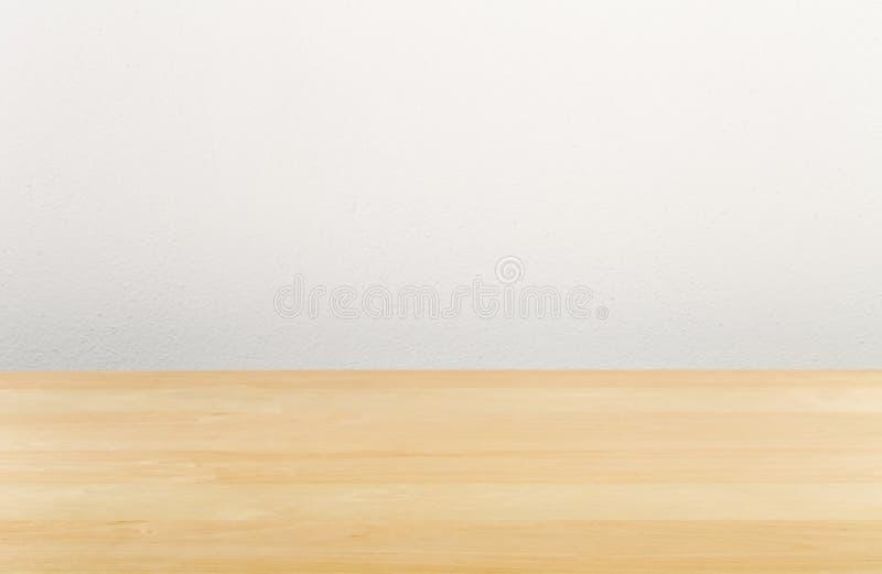 Scrivania vuota di legno di Brown con la parete bianca immagini stock