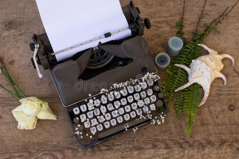 Scrivendo e freelance il concetto Macchina da scrivere d'annata con i fiori b fotografia stock