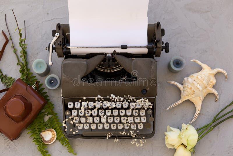 Scrivendo e freelance il concetto Macchina da scrivere d'annata, conchiglie e fotografia stock