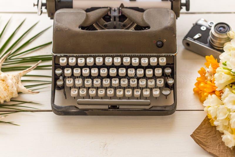 Scrivendo e freelance il concetto Retro macchina da scrivere, fiori, vintag fotografie stock libere da diritti