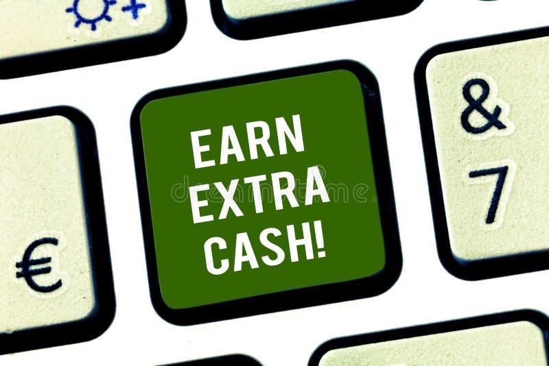 Scrivendo la rappresentazione della nota guadagni i contanti extra Montrare della foto di affari rende a soldi supplementari più  fotografie stock libere da diritti