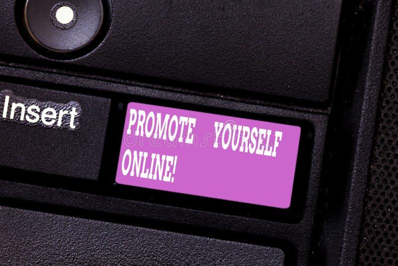 Scrivendo la rappresentazione della nota promuova online Foto di affari che montra marca ben definita che vi incita a stare fuori immagini stock