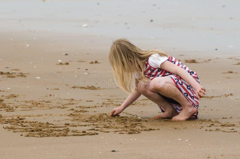 Scrivendo nella sabbia fotografia stock