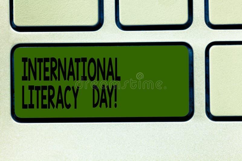 Scrivendo a rappresentazione della nota giorno internazionale di alfabetizzazione Foto di affari che montra avvenimento annuale c fotografia stock libera da diritti