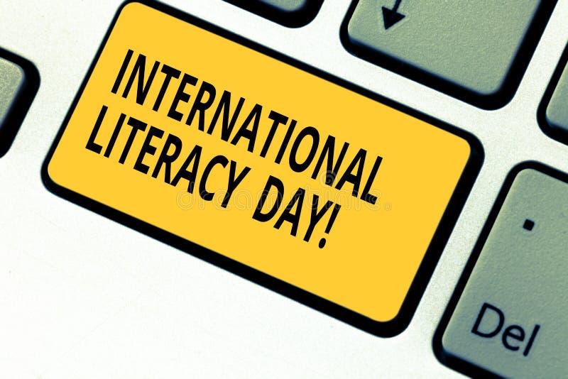 Scrivendo a rappresentazione della nota giorno internazionale di alfabetizzazione Foto di affari che montra avvenimento annuale c fotografia stock