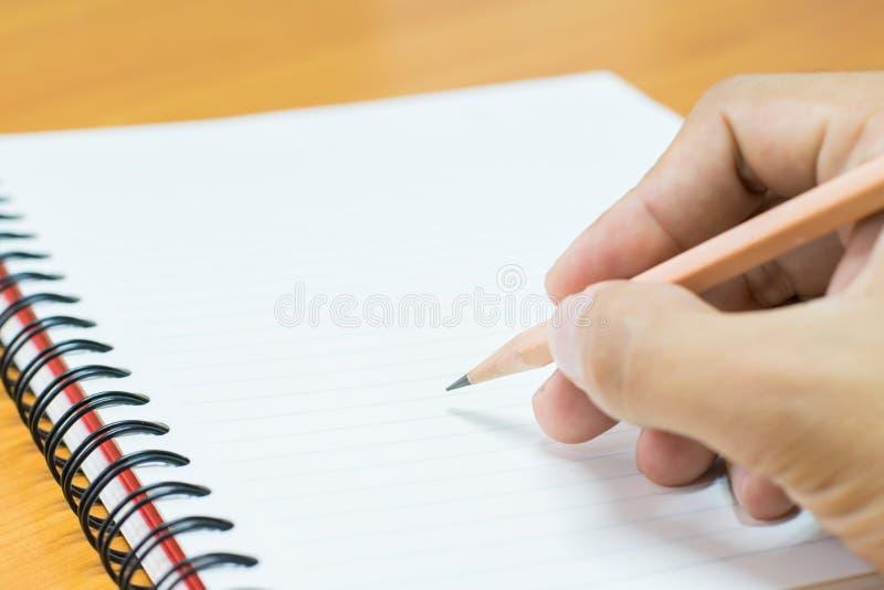 Scrivendo sul documento fotografia stock