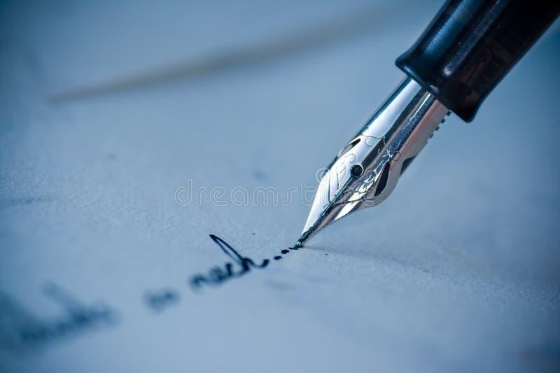 Scrivendo sulla busta fotografia stock libera da diritti