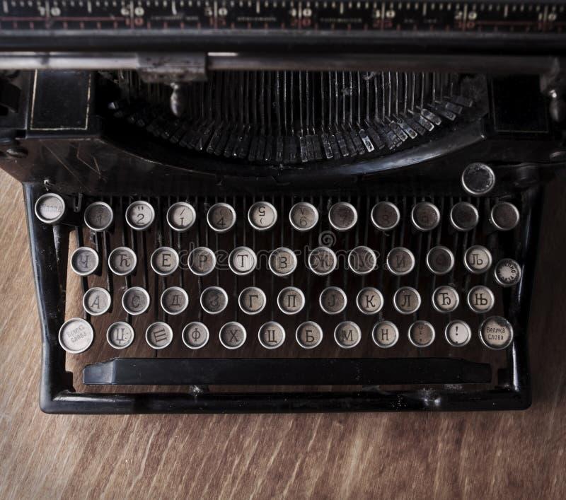Scrivendo sulla macchina da scrivere d'annata fotografie stock
