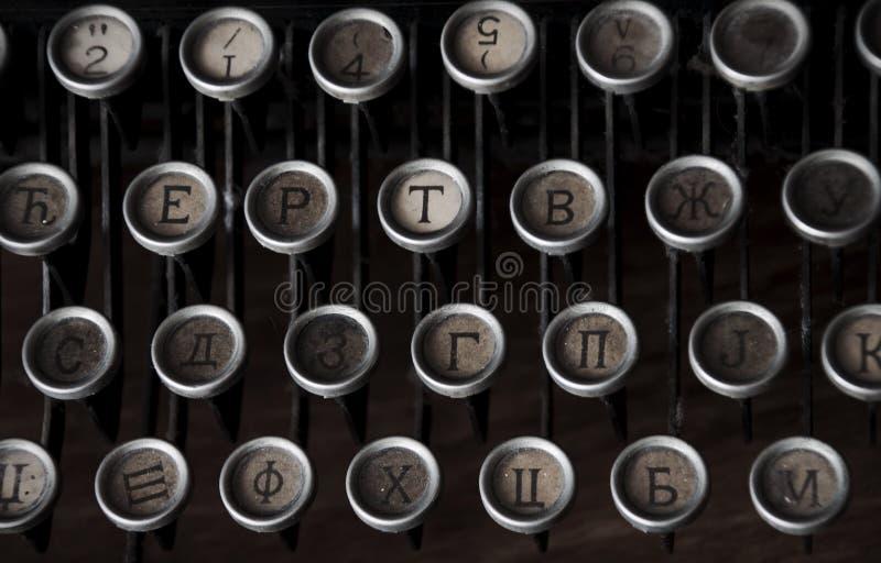 Scrivendo sulla macchina da scrivere d'annata fotografie stock libere da diritti