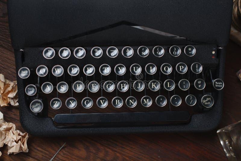 Scrivendo una storia di romanzo di crimine - vecchia retro macchina da scrivere d'annata immagine stock libera da diritti