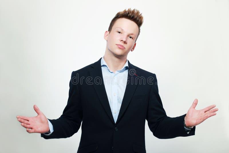 Scrollare le spalle degli uomini fotografie stock