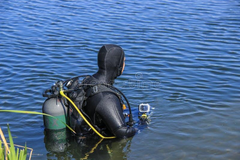 Scuba diver hereinkommender See lizenzfreie stockfotografie
