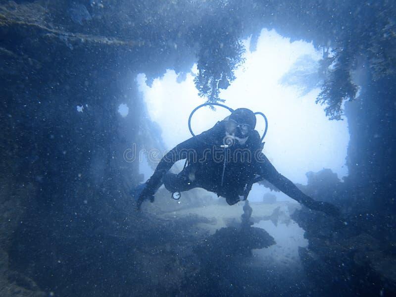Scuba-duiker die de binnen onderwaterschipbreuk onderzoeken stock afbeeldingen
