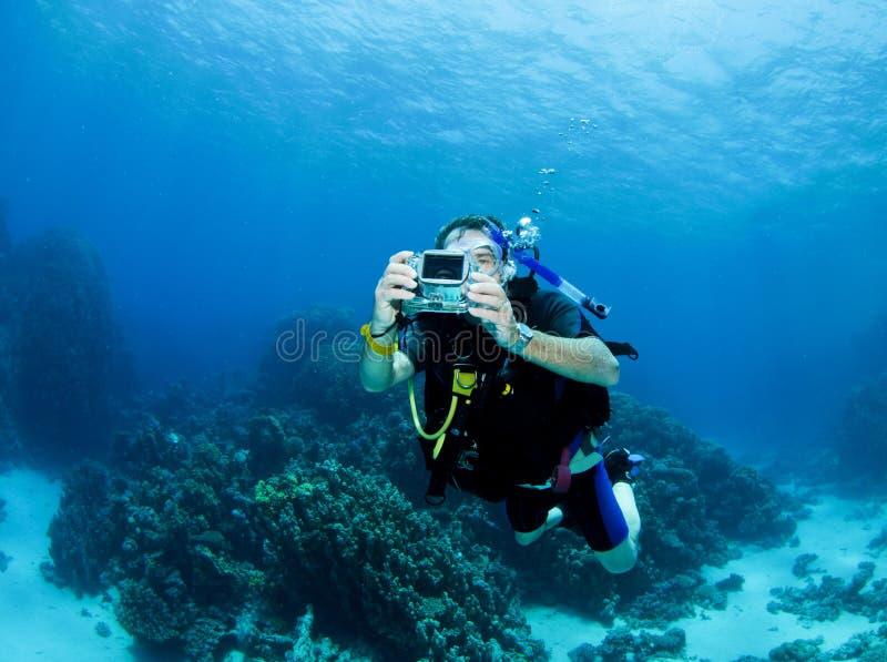 Scuba-duiker met kleine camera stock foto's