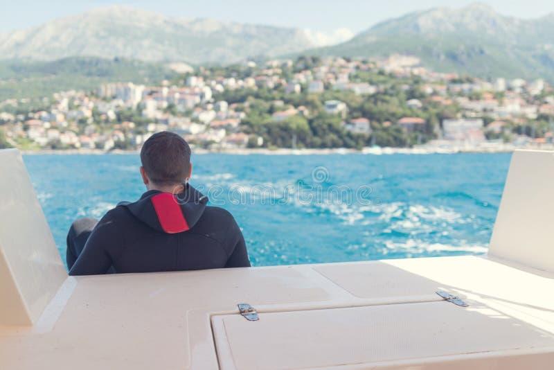 Scuba-duiker op het duiken boot royalty-vrije stock afbeeldingen