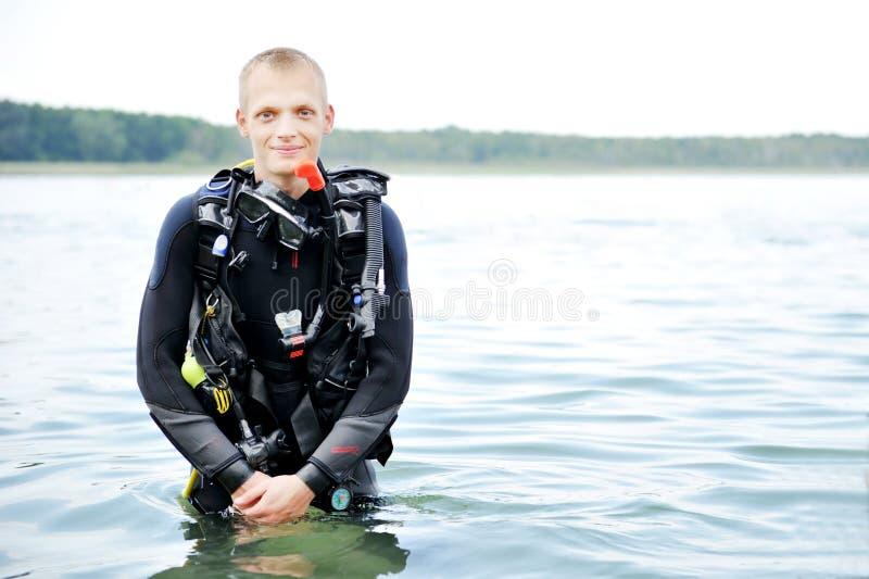 Scuba-duiker op water stock afbeelding