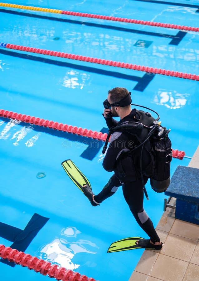 Scuba-duikermens opleiding in een zwembad stock foto