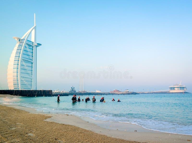 Scuba-duikers duiken onderwater naast Burj Al Arab op een vroege ochtenddag in Doubai stock fotografie