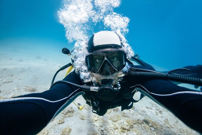 Scuba mergulha autorretrato debaixo d'água fotos de stock