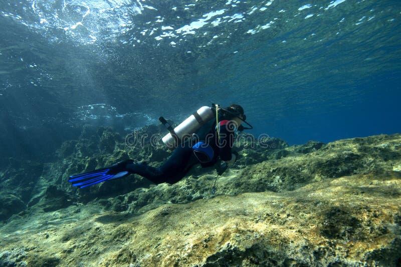 Scuba-Operatore subacqueo in acque basse immagini stock libere da diritti