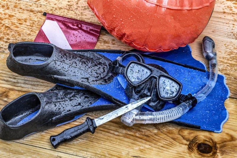 Scuba-uitrusting, duik, die met zwemmende vinnen, het duiken masker de snorkelen, snorkelt, signaleert fles en mes royalty-vrije illustratie