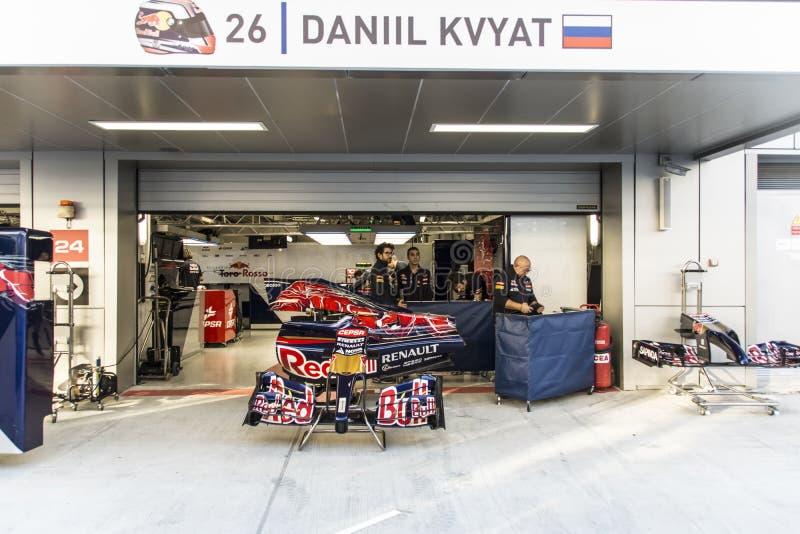 Scuderia Toro Rosso werktuigkundigen In In dozen doend Daniel Kvyat stock afbeeldingen