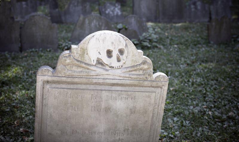 Scull i krzyż kości Gravestone obraz stock