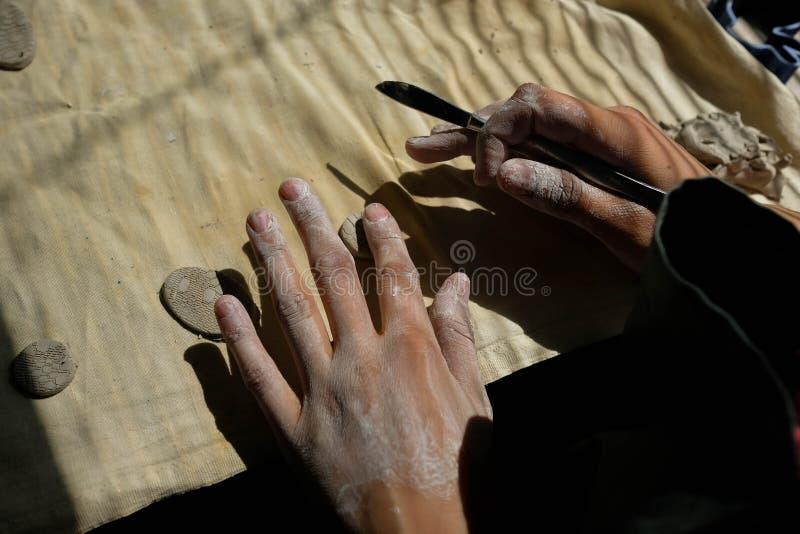 Sculpt uit klei Witte coating op de handen Het creatieve proces royalty-vrije stock foto's