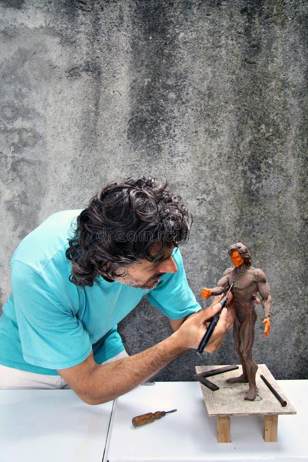 Sculpteur au travail image stock