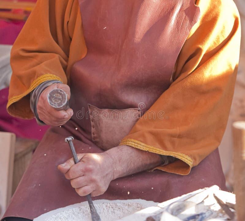 Sculpteur découpant dans la pierre image stock