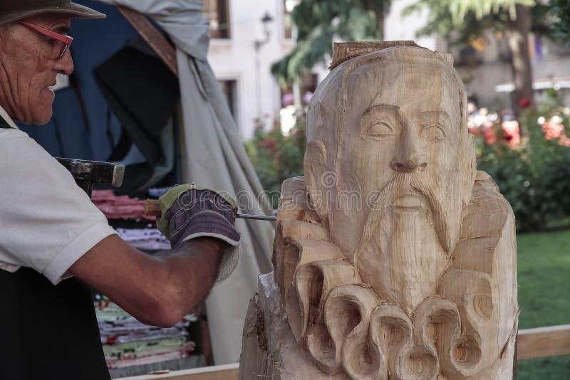 Sculpteur découpant en bois le buste de l'auteur célèbre Miguel de Cervantes images stock
