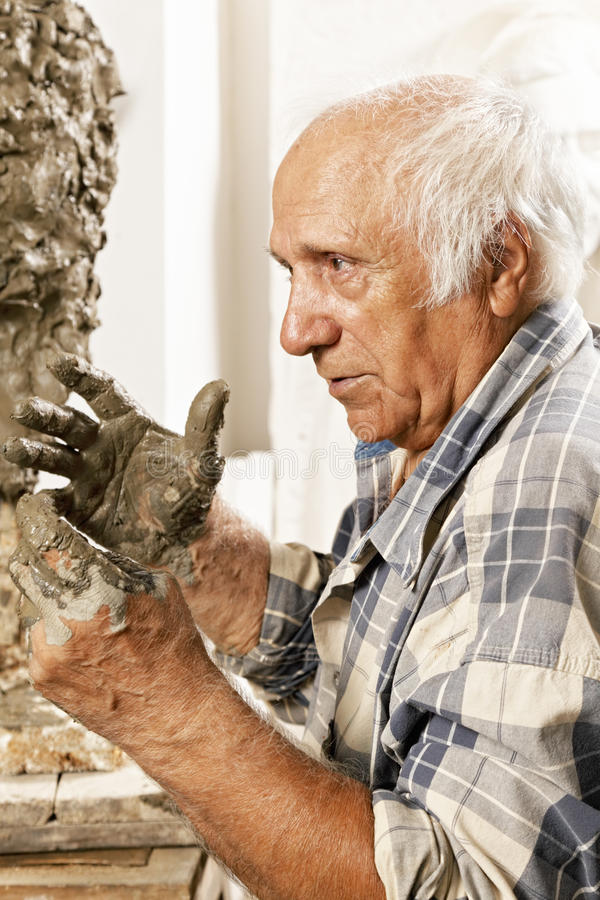 Sculpteur dans la vue de profil de studio images libres de droits