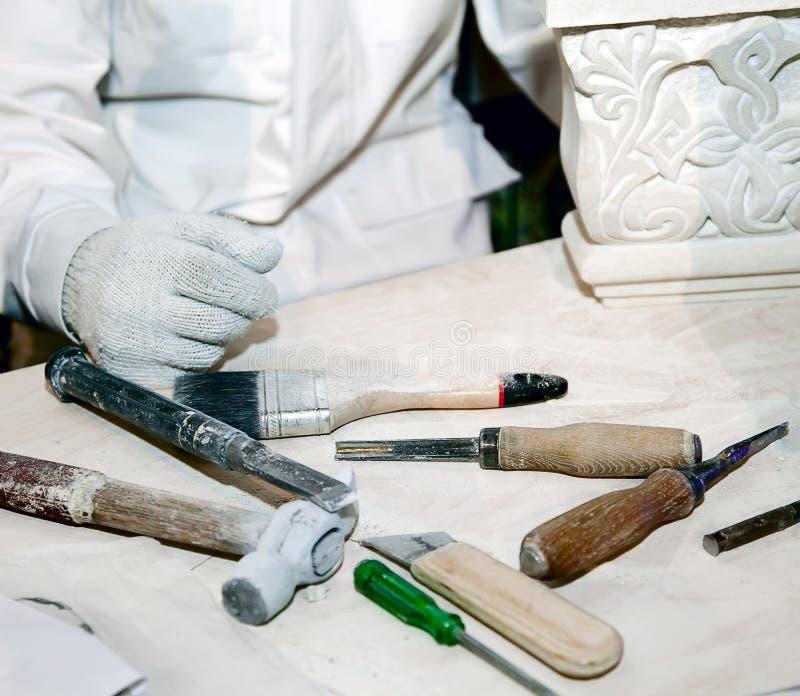 Sculpteur dans le lieu de travail image stock