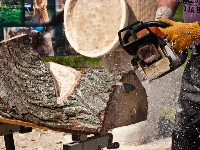 Sculpteur en bois à l'aide de la tronçonneuse images libres de droits