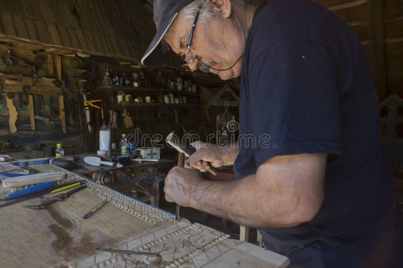 Sculpteur en bois image stock