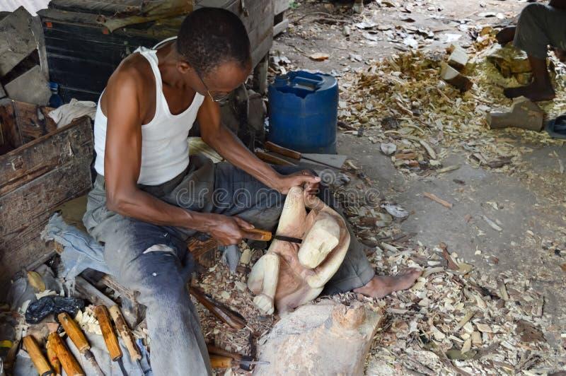Sculpteur kenyan qui montre le contour images libres de droits