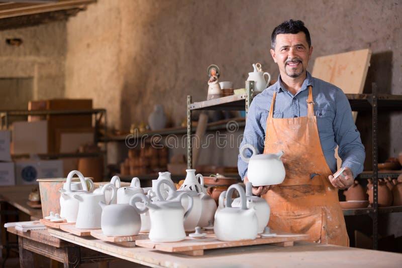Sculpteur masculin de sourire ayant la céramique dans des mains photos stock