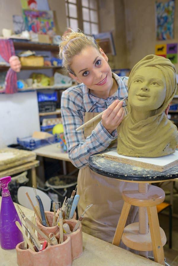 Sculpteur posant avec l'art photo stock