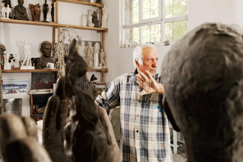 Sculpteur soulevant la paume photo libre de droits