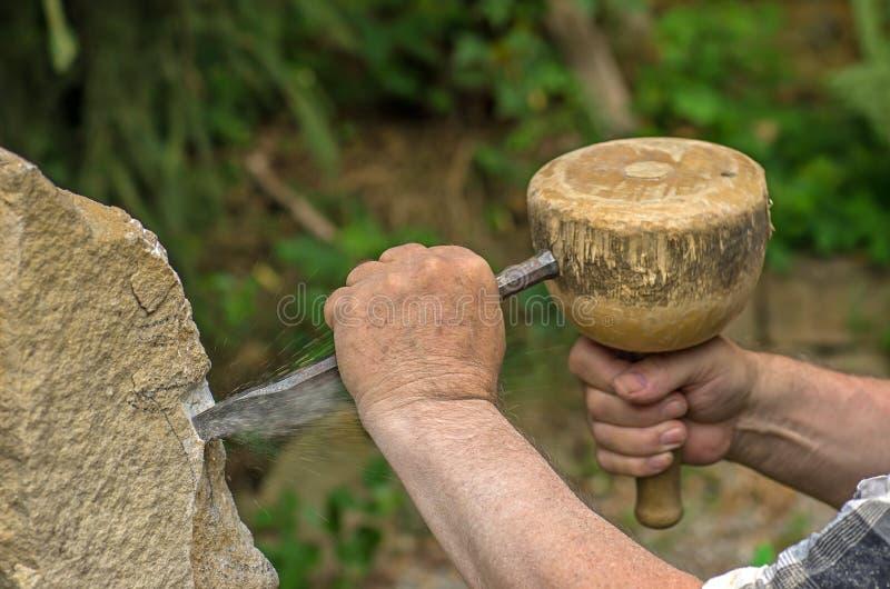 Sculpteur travaillant à une sculpture en pierre photographie stock libre de droits