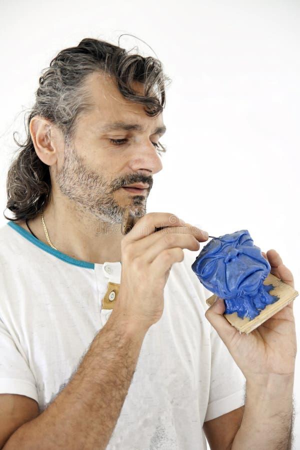 Sculpteur travaillant avec de l'argile images libres de droits