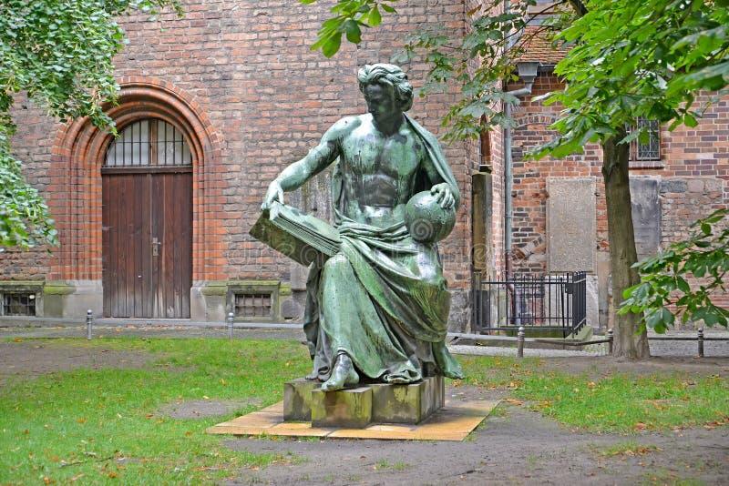 """Sculptez """"une allégorie de la science """"dans la perspective de l'église de Nikolay de saint Berlin, Allemagne photographie stock"""