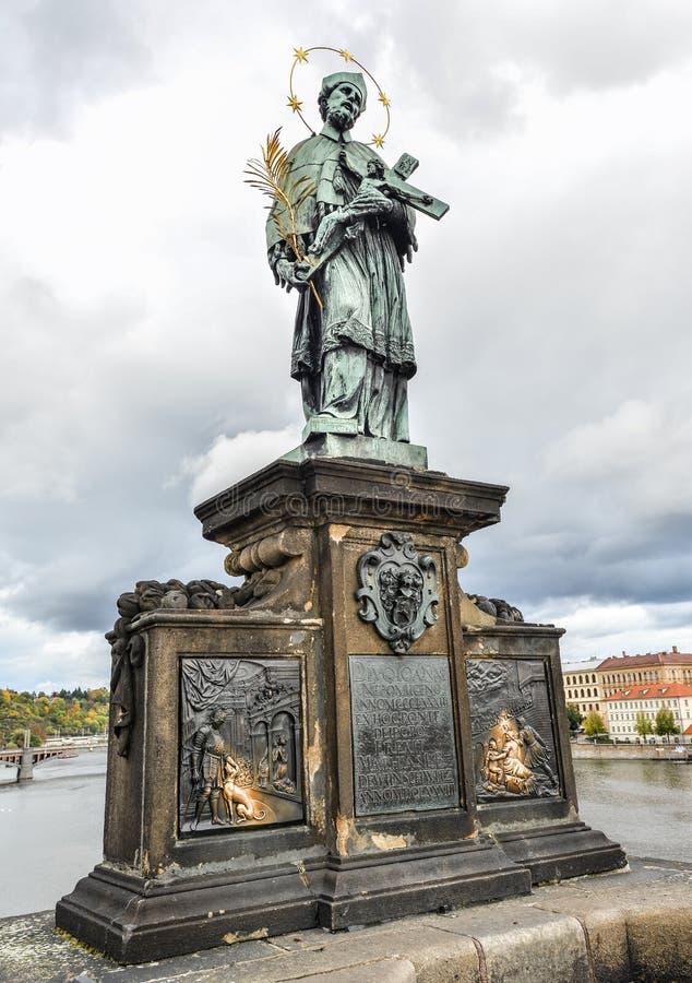 Sculptez près de la rivière antique de Charles Bridge et de Vltava à Prague, République Tchèque St John de statue de Nepomuk sur  images libres de droits