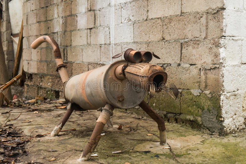Sculpture étrange en chien faite de mitraille photo libre de droits