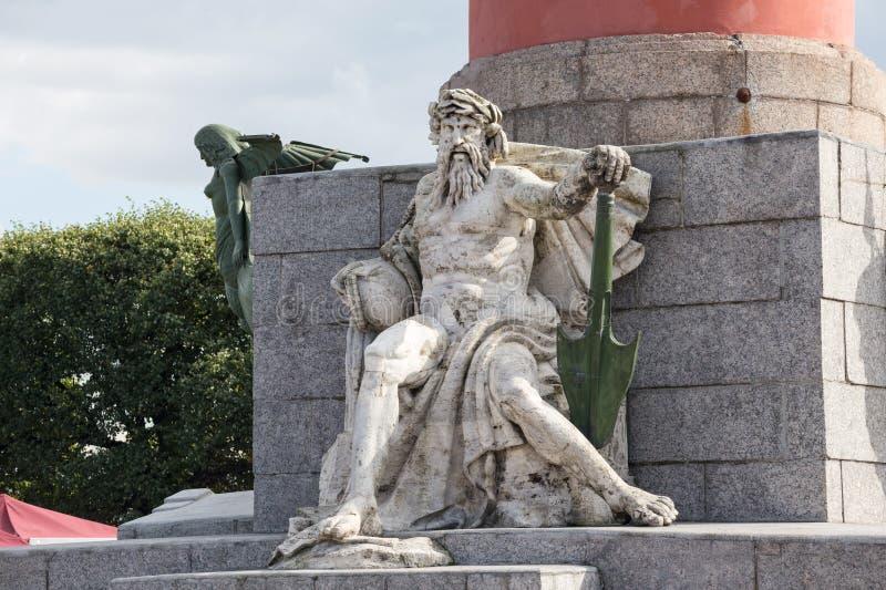 Sculpture allégorique de la rivière de Dnieper à la base de la colonne rostral à St Petersburg images libres de droits